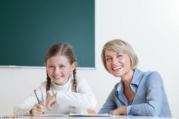 Zusammenarbeit zwischen Lehrerin und Schülerin