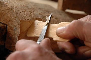Closeup Hände beim Holz schnitzen