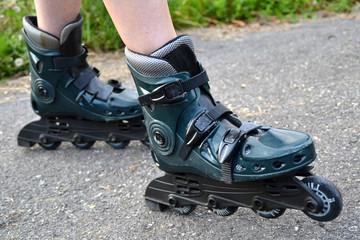 Una chica con patines de línea