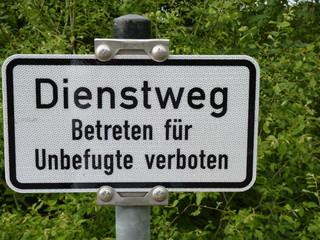"""Schild im Wald """"Dienstweg für Betreten für Unbefugte verboten"""""""