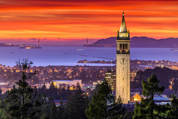 Foto op Canvas San Francisco Dramatic Sunset over San Francisco Bay and the Campanile