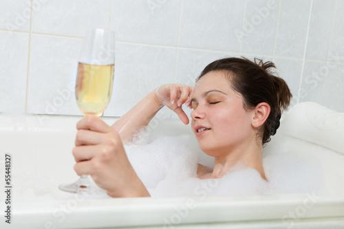 Девушка принимает ванну, попивая шампанское  258254