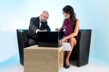 Mann und Frau am Laptop