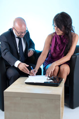 Frau unterschreibt Dokumente