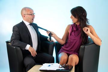 Frau zieht Mann an der Krawatte