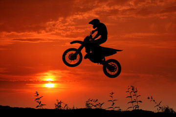 Motocross im Sonnenuntergang