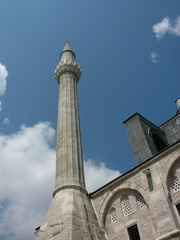 Moschee mit Rundbögen und Minarett in Istanbul Karaköy