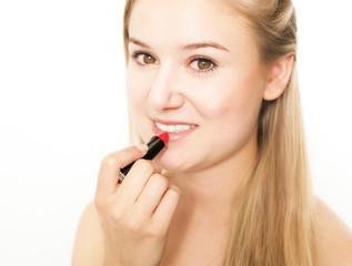 hübsche Frau trägt Lippenstift auf