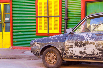 Fototapete - Old Car and Colorful Building