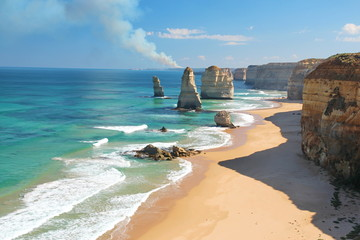 Fotorolgordijn Australië The Twelve Apostles, Australia, and a bushfire