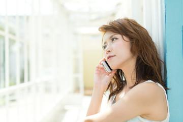 携帯電話を使う若い女性