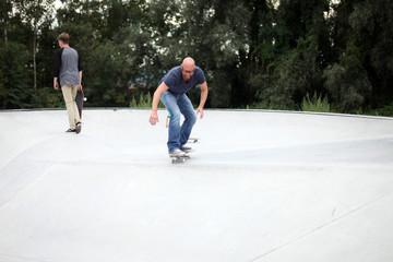 Mann im Skatepark