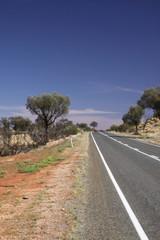 Straße durch Wüste im Nichts
