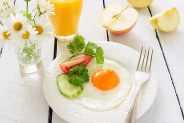 Breakfast: fried egg and apples