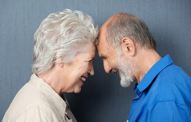 älteres paar steht kopf an kopf