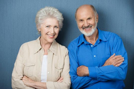 älteres paar mit verschränkten armen