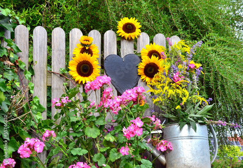 schild am gartenzaun mit blumen und gie kanne stockfotos und lizenzfreie bilder auf fotolia. Black Bedroom Furniture Sets. Home Design Ideas