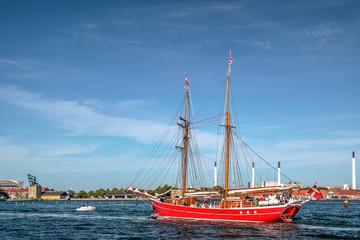 Großes rotes altes Segelschiff im Hafen von Kopenhagen