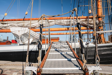 Steg  zu einem großen Segelschiff