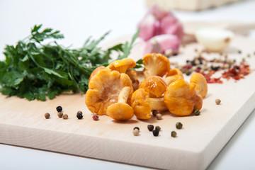 świeże grzyby z warzywami na desce