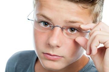 Face shot og boy wearing glasses.