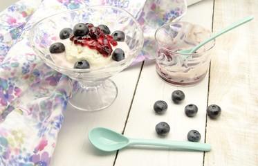 Helado con yogur y mermelada y arandanos