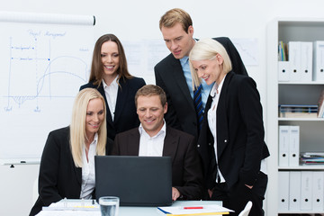 geschäftsleute im büro schauen auf laptop