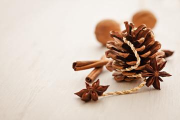 Weihnachtskarte mit Kienapfel