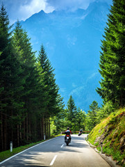Fototapete - Bikers on the road in Alps