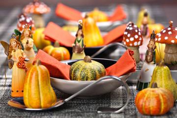 Herbstlich gedeckter Tisch für Thanksgiving