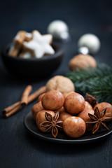 Marzipankartoffeln auf Teller