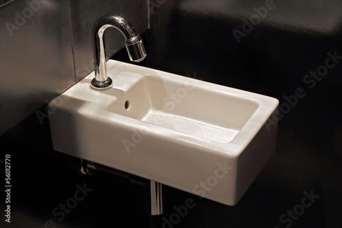 Lavabo Rectangulaire étroit : lavabo troit salle de bain murs noirs photo libre de ~ Edinachiropracticcenter.com Idées de Décoration
