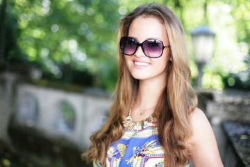 Hübsche Frau mit Sonnenbrille