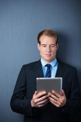 erfolgreicher manager liest am tablet-pc