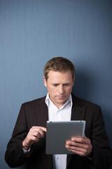 mann liest am tablet-pc