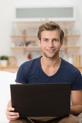 student arbeitet zuhause am laptop