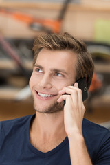 junger typ telefoniert mit handy