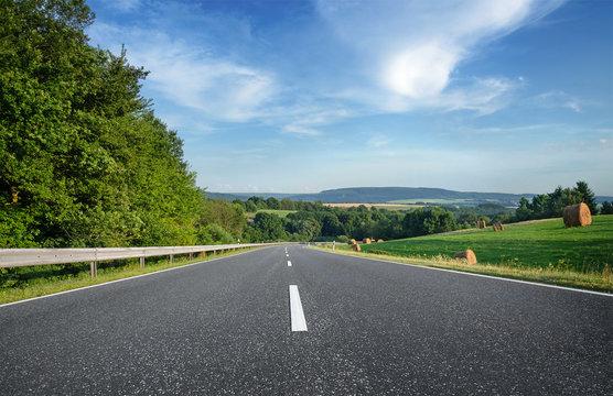 Landstraße durch Natur Landschaft Straßenmitte