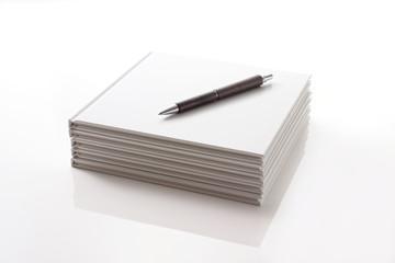 白いノートとペン