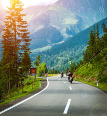 Fototapete - Group of bikers in Alps
