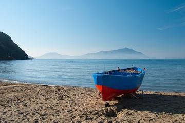 Barca rossa e blu sulla spiaggia