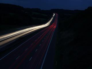 Leuchtspuren auf der Autobahn