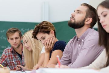 nachdenkliche studenten im seminar