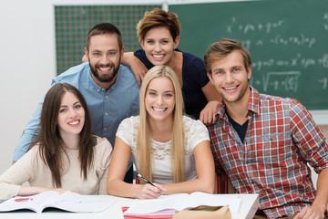 lachende studenten in der uni