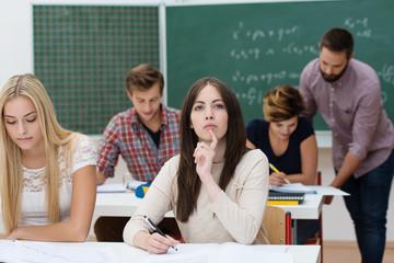 nachdenkliche studentin in der uni
