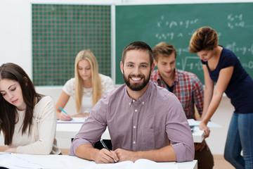 lächelnder junger mann in der universität