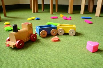 buntes Spielzeug mit Holzeisenbahn
