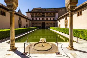 Fototapete - Patio de los Arrayanes (Court of the Myrtles) in La Alhambra, Gr