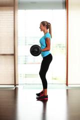 Frau hebt Gewichte