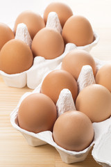 紙容器にはいった複数の生卵
